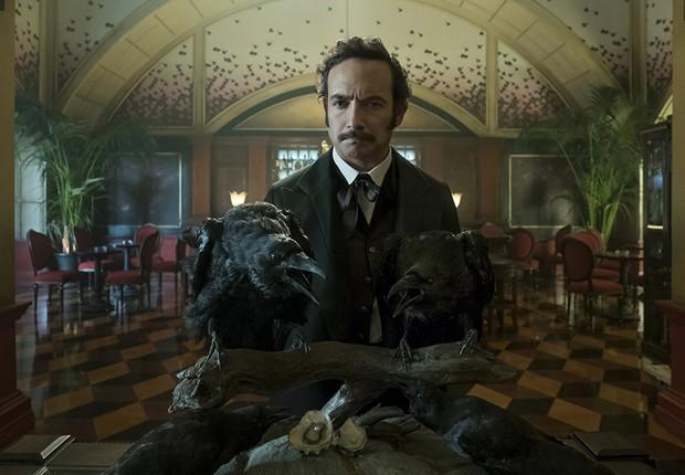Chris Conner como Poe, a inteligência artificial que comanda um hotel Altered Carbon  (Foto: Divulgação)