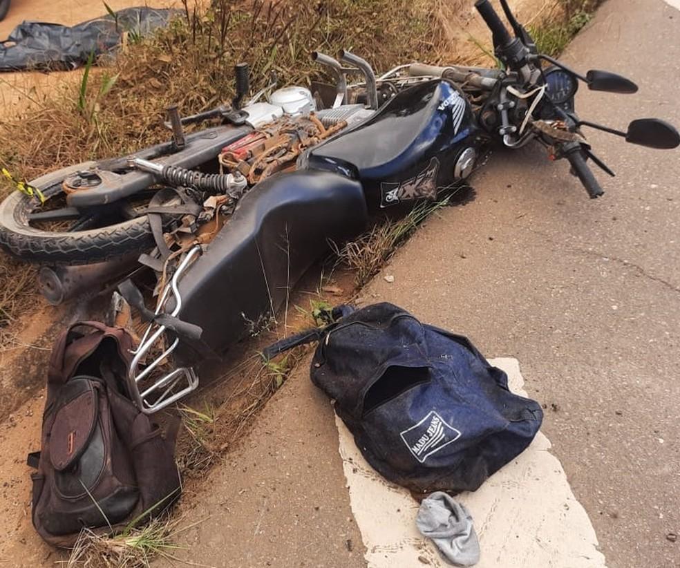 Moto da vítima foi atingida por um caminhão — Foto: Hérisder Matias/Inter TV