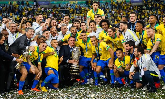 Bolsonaro comemora a Copa América de 2017 com a Seleção Brasileira