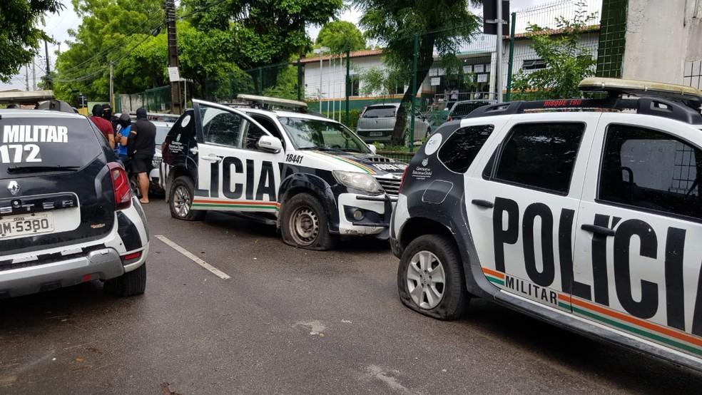 Carros tiveram os pneus furados em frente a batalhões de polícia em Fortaleza — Foto: José Leomar/SVM