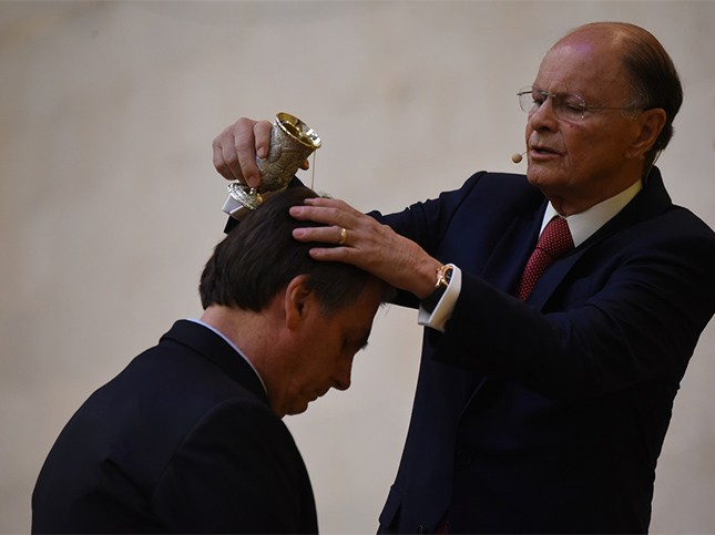 Bolsonaro é abençoado em setembro por Edir Macedo, fundador da Igreja Universal, no templo de Salomão