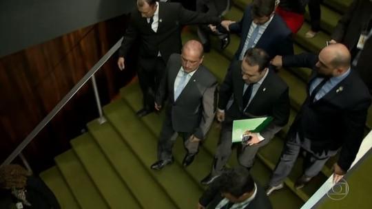 Bolsonaro revoga regras que facilitariam porte de armas, mas edita decretos sobre o mesmo tema