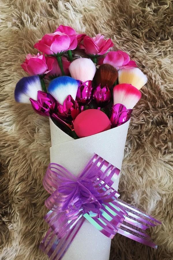 Buquê de pincéis com flores para não perder a essência, né?  (Foto: Reprodução/Instagram)