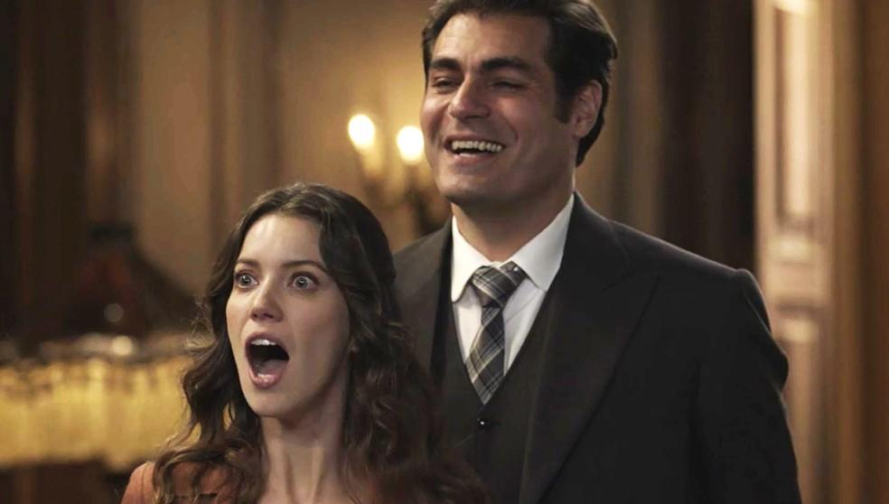 Elisabeta fica surpresa e feliz com a novidade do casal de amigos  (Foto: TV Globo)