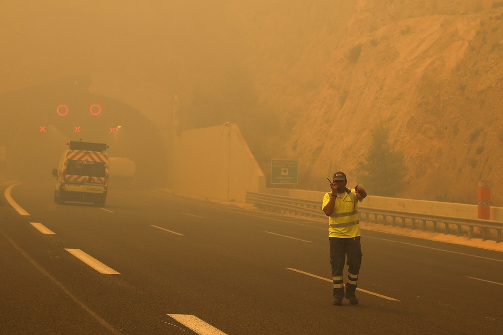 Fumaça de incêndio cobre rodovia na Grécia (Foto: Reuters/Alkis Konstantinidis)