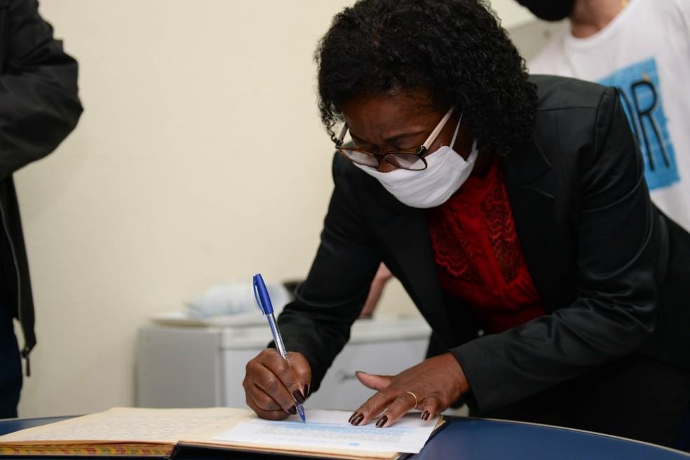 Fátima Lima assinando a documentação para posse como nova prefeita de Barra Mansa — Foto: Felipe Vieira
