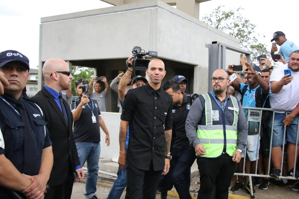 Diego Tardelli na chegada ao Aeroporto Salgado Filho — Foto  Eduardo Moura e25d63208ecb2
