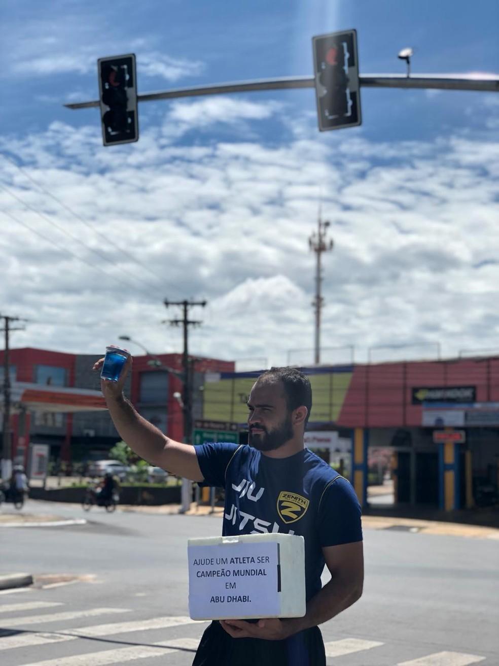 Atleta vendendo água no semáforo — Foto: Arquivo pessoal