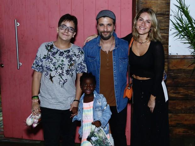Bruno Gagliasso com Giovanna Ewbank e Títi (Foto: Roberto Filho/BrazilNews)