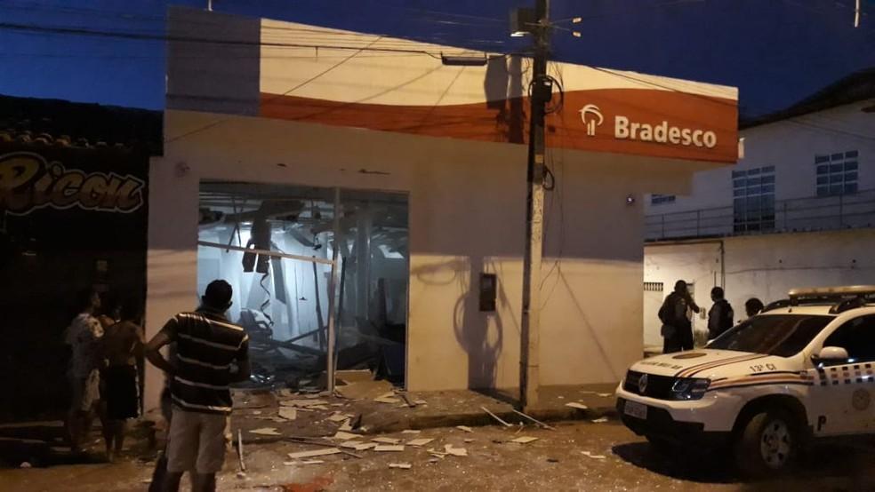 Agência bancária do Bradesco foi alvo de bandidos entre a madrugada de sexta (7) e sábado (8) — Foto: Divulgação/Redes Sociais