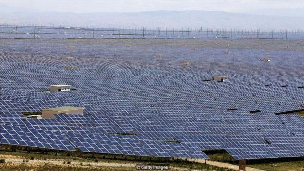 As fazendas solares em Qinghai aproveitam ao máximo o sol e céu limpo do Planalto Tibetano (Foto: GETTY IMAGES/BBC)