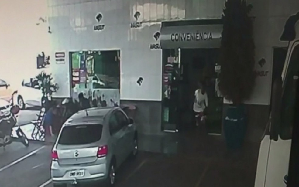 Imagens mostram clientes desesperados após tiros em posto de Anápolis (Foto: Reprodução/TV Anhanguera)