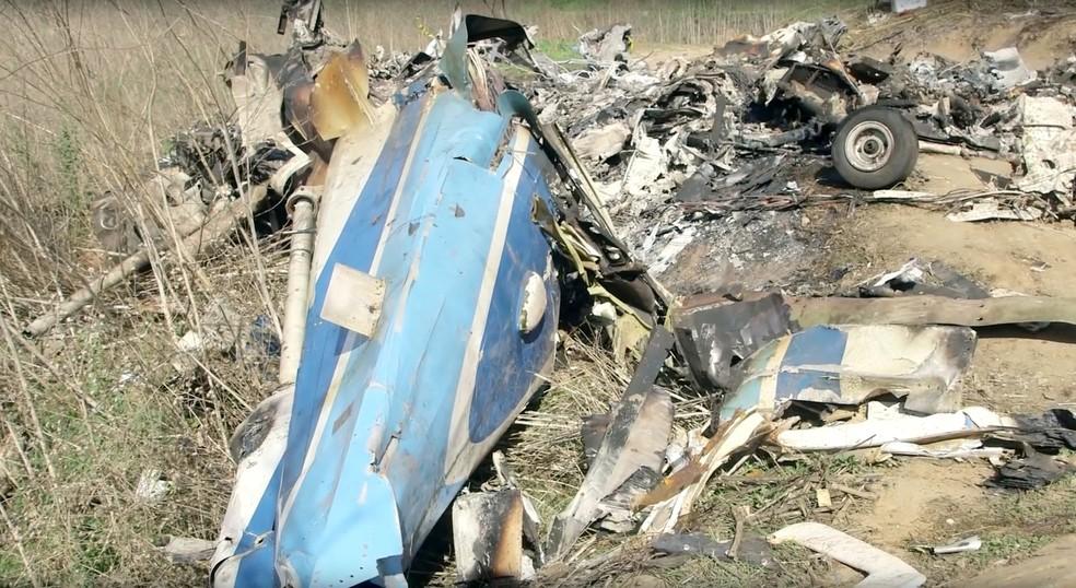 Destroços do helicóptero espalhados no morro onde ocorreu o acidente  — Foto: NTSB/Handout via REUTERS