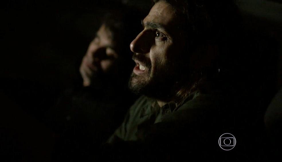 Jairo (Julio Machado) fica nervoso na missão de sumir de vez com matar Fernando (Erom Cordeiro) - 'Império' — Foto: Globo