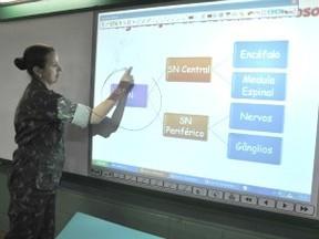 Lousa digital é usada em todas as salas do Colégio Militar (Foto: Fernando da Mata/G1 MS)