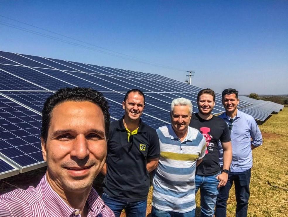 Inauguração da Usina: Hewerton Martins (Solar Energy), Elvis Sitta (Banco do Brasil), Roneu Brum e Nelson Brum (Grupo Valebrum), Thiago André (Banco do Brasil) — Foto: Divulgação