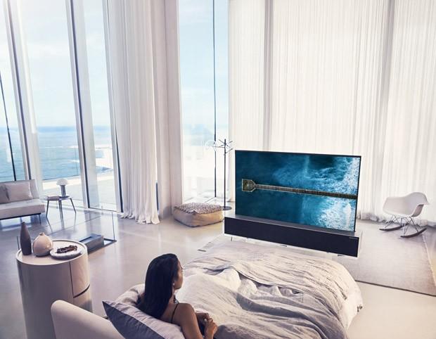LG apresenta TV flexível que pode ser enrolada quando desligada (Foto: Divulgação)