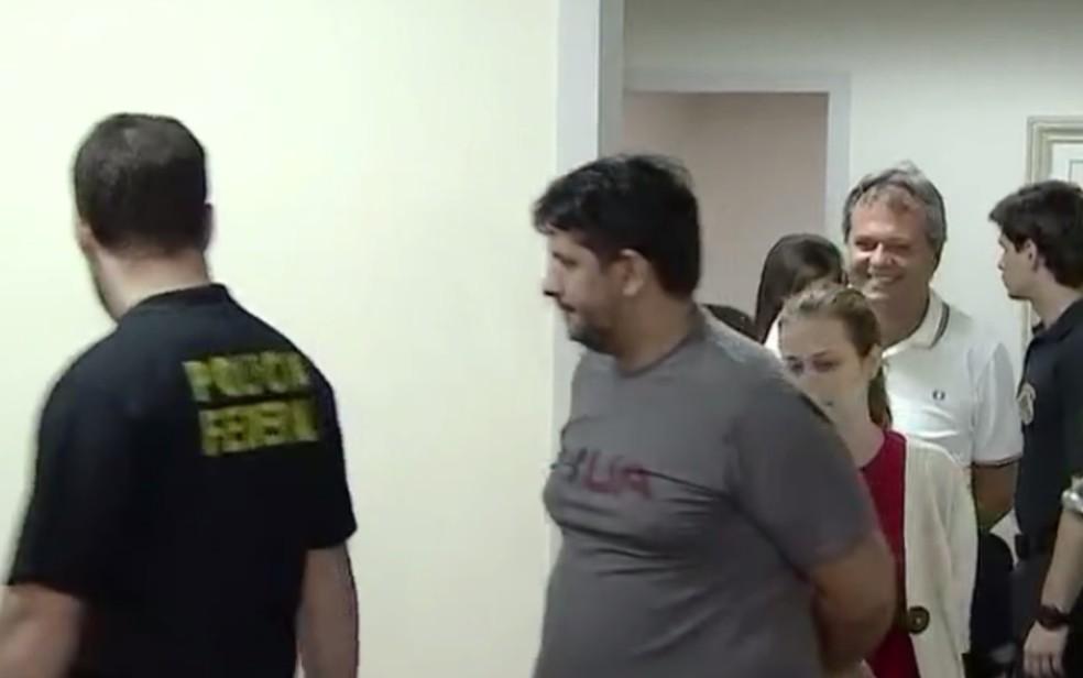 Jayme Rinc�n e demais presos da Opera��o Confraria saindo de audi�ncia de cust�dia Goi�nia Goi�s — Foto: Reprodu��o/TV Anhanguera