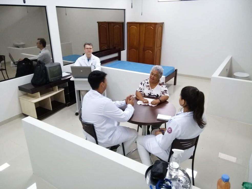 Alunos durante atendimento simulado em casa fictícia — Foto: Renato Barros/Rede Amazônica