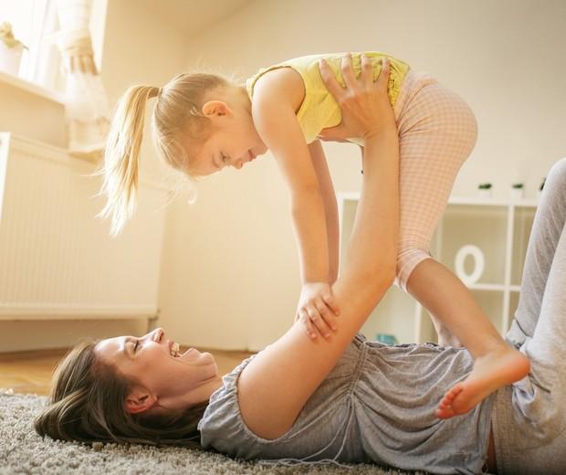 Mãe brinca com criança (Foto: ThinkStock)