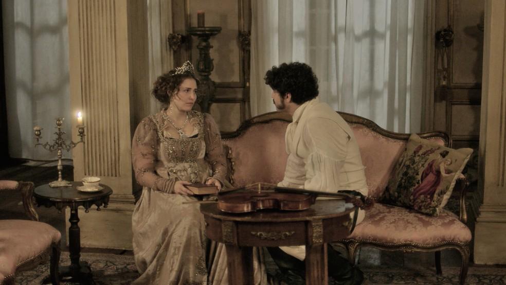 Dom Pedro (Caio Castro) tranquiliza Leopoldina (Letícia Colin), em 'Novo Mundo': 'Magoei muita a princesa, porém, não pretendo fazer o mesmo com a imperatriz' — Foto: TV Globo