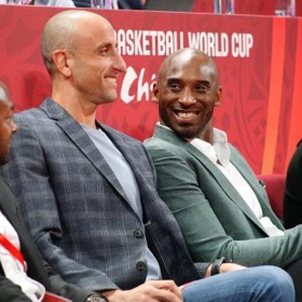 Ginóbili acompanhou a partida com Kobe Bryant — Foto: Divulgação/FIBA