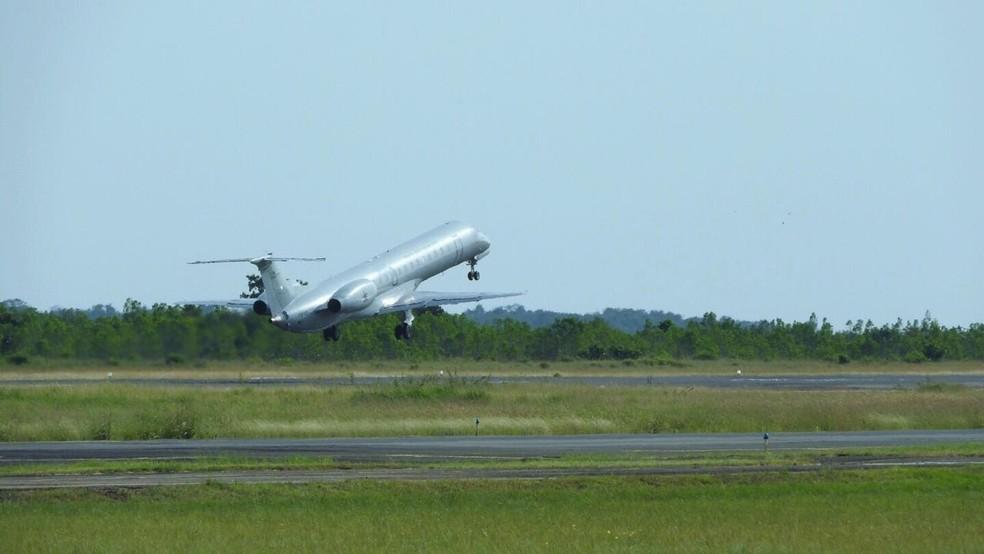 Avião da FAB deixou o Aeroporto de Boa Vista às 8h10 e deve chegar no Rio de Janeiro às 16h (horário de Brasília) — Foto: Alan Chaves/G1 RR