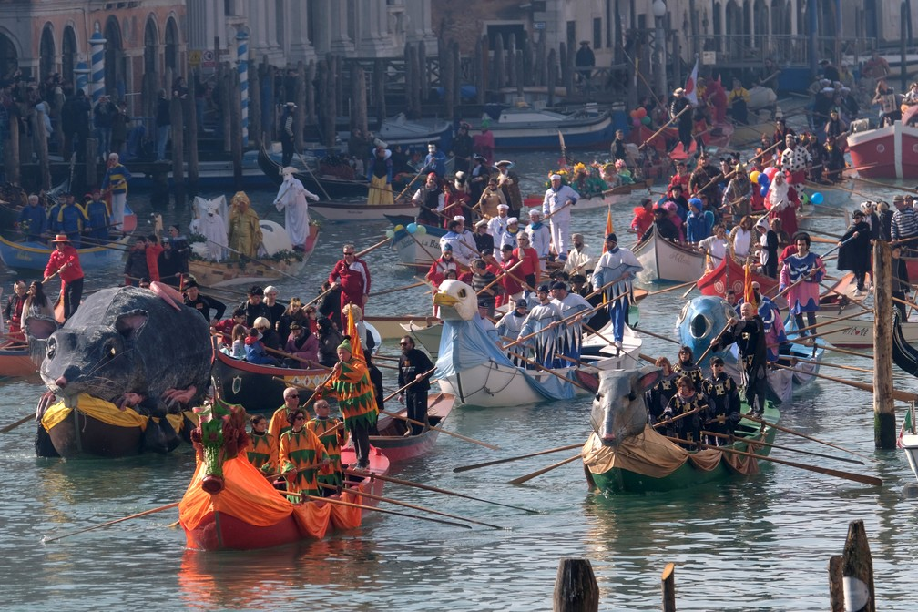 Os venezianos, além de se fantasiar, decoram as embarcações — Foto: Manuel Silvestri/Reuters