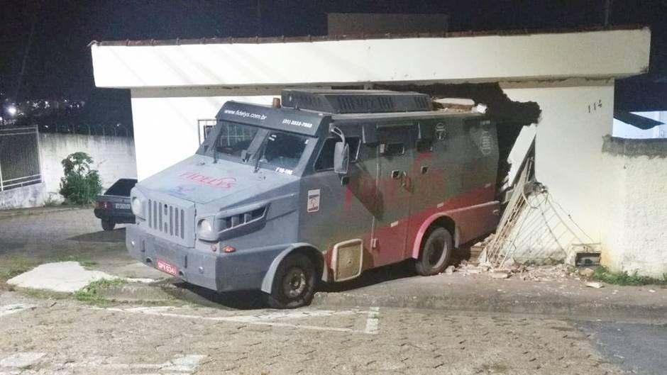 Carro-forte bate em veículo e invade casa em Pouso Alegre, MG
