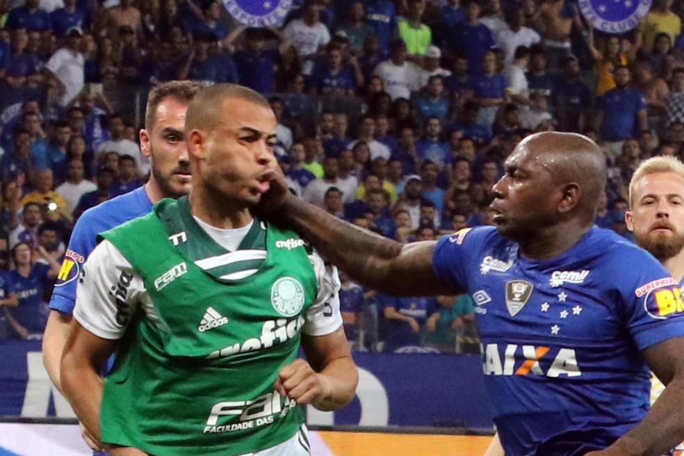 Mayke, do Palmeiras, e Sassá, do Cruzeiro, brigam após o jogo  — Foto: Fernando Calzzani / Photopress / Estadão Conteúdo