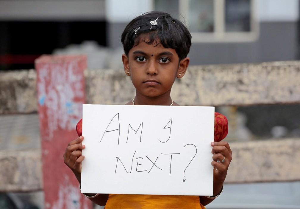 -  Uma menina exibe um cartaz com a pergunta   39;Eu sou a próxima?  39; durante um protesto contra o estupro de uma criança de 8 anos em Kathua, na Índ