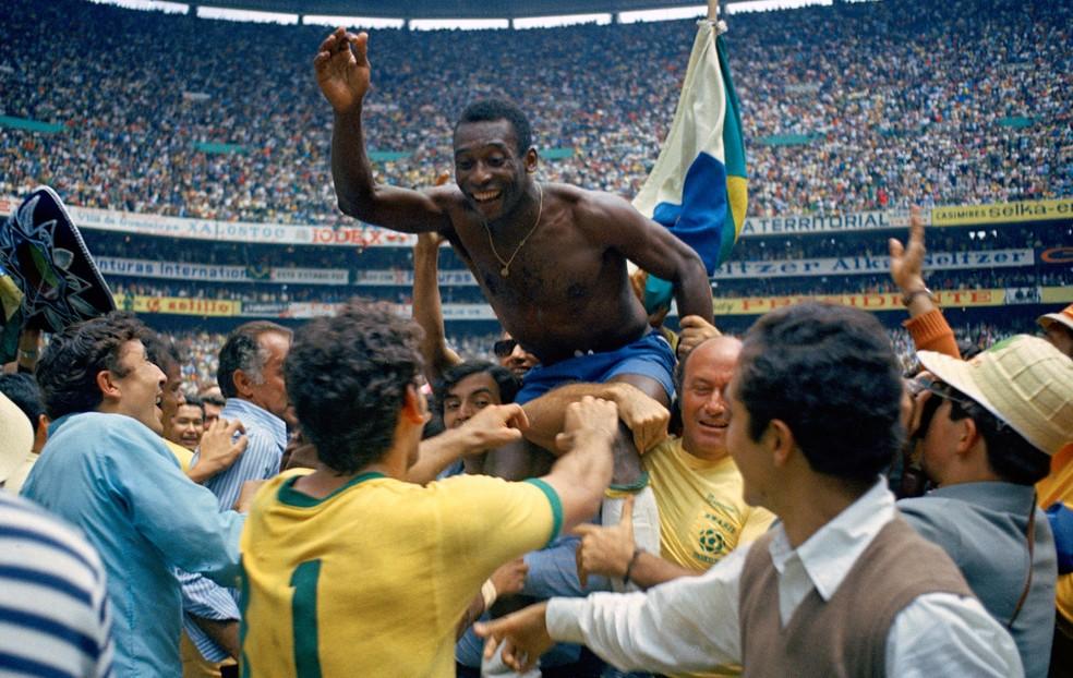 Pelé erguido pela torcida na comemoração do título da Copa do Mundo de 1970 — Foto: AP