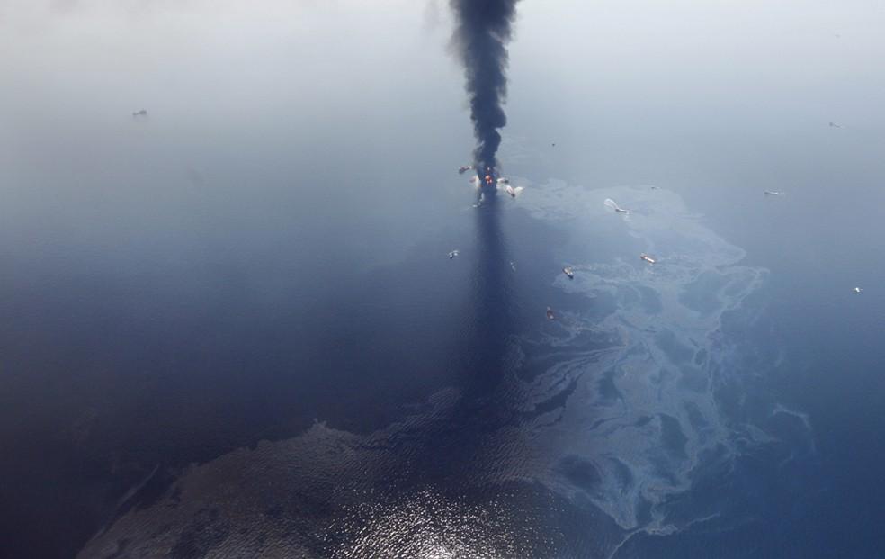 Em 20 de abril de 2016, a explosão de uma plataforma de petróleo matou 11 pessoas e causou o pior vazamento de óleo da história dos EUA. Cerca de cinco mil barris de óleo fluíram diariamente por três meses até o vazamento ser contido, em julho (Foto: Gerald Herbert/AP)