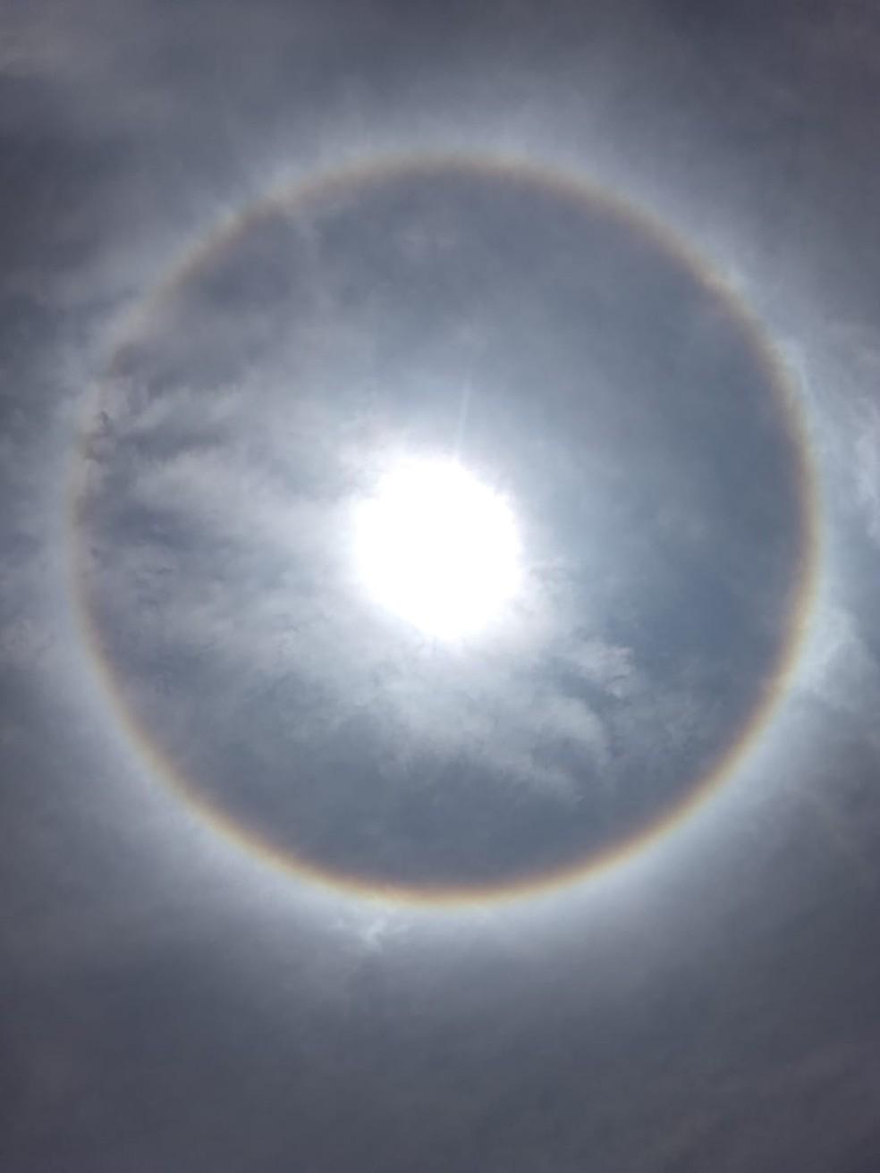 Círculo colorido se forma ao redor do sol  — Foto: Aline Nascimento/G1