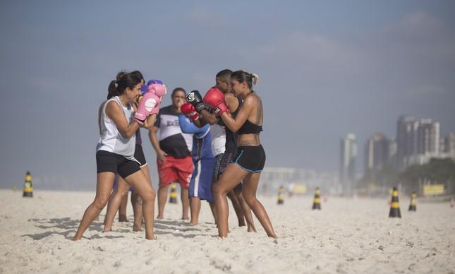 Criador do esporte, Moacir Lima (ao fundo) usa a voz potente para chamar atenção dos alunos