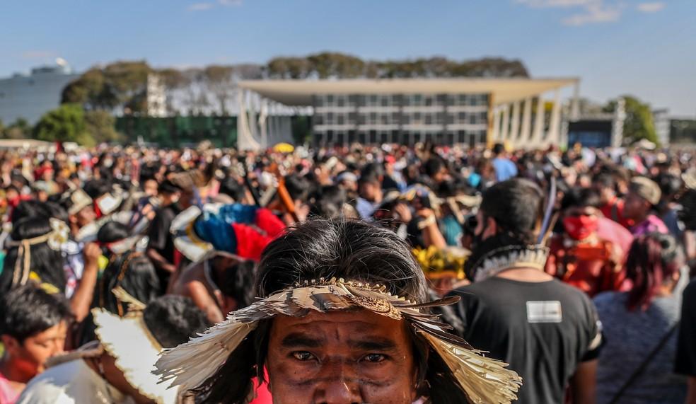 """Indígenas de diversas regiões do país protestam na Praça dos Três Poderes, em Brasília, nesta quarta-feira, 25 de agosto de 2021, contra o """"marco temporal"""" para a demarcação de terras.— Foto: Gabriela Biló/Estadão Conteúdo"""