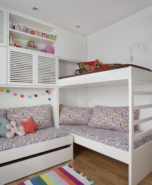 No quarto das crianças, a beliche foi projetada pela dupla de arquitetos e executada pela marcenaria Móveis Ferreira. Armários da Ornare (Foto: MCA Estúdio/Divulgação)