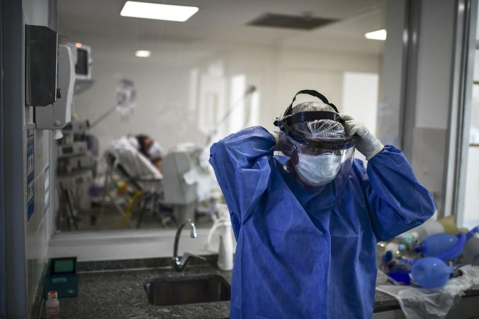 Médico se prepara para atender paciente em hospital perto de Buenos Aires, na Argentina, nesta sexta (18) — Foto: Ronaldo Schemidt/AFP