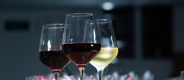 Taças com vinho tinto e branco: Black Friday pode ajudar a encher a adega