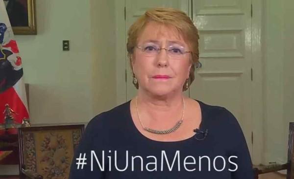 A presidenta Michelle Bachelet apoia a campanha contra o feminicídio (Foto: Reprodução / Twitter)