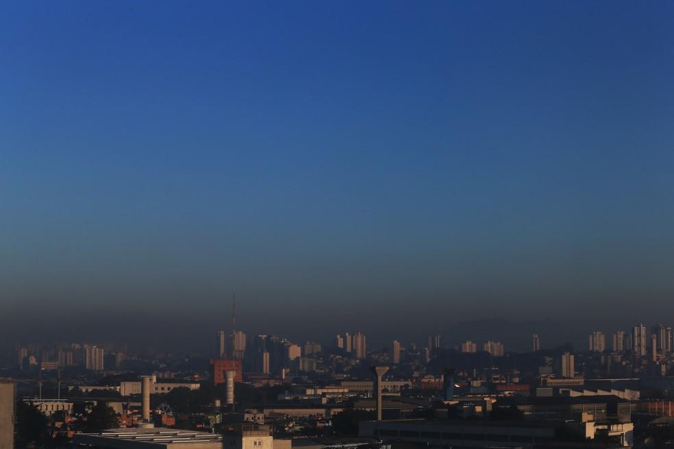 Camada de poluição é vista no céu na zona oeste de São Paulo.  — Foto: Hélvio Romero/Estadão Conteúdo