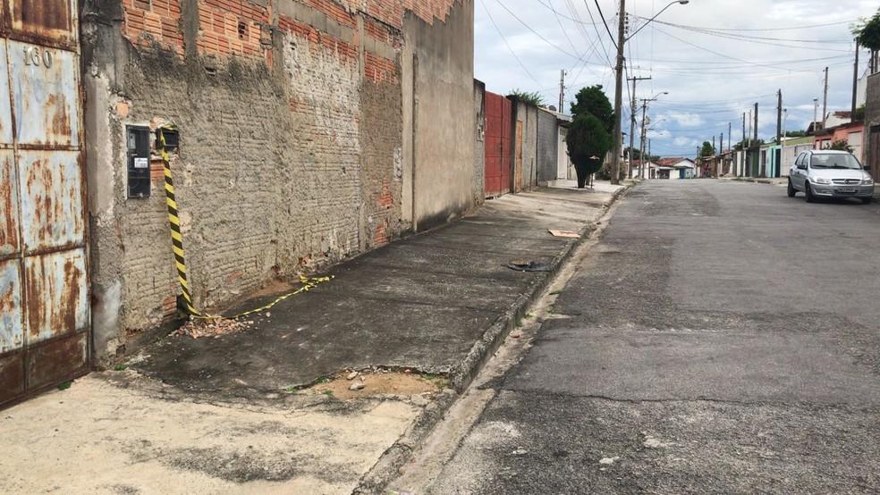 Crime aconteceu na Rua Emília, na Gurilândia, em Taubaté (Foto: Talita França/ TV Vanguarda)