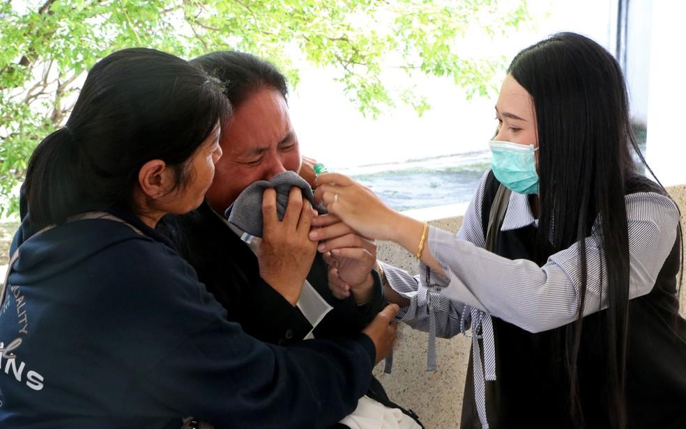 Familiares de um dos mortos em ataque na Tailândia — Foto: Tuwaedaniya Meringing / AFP Photo