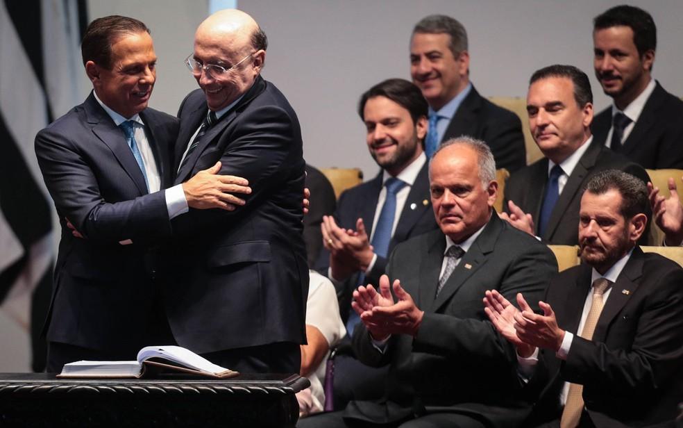 O novo governador de São Paulo, João Doria (PSDB), cumprimenta Henrique Meirelles, novo secretário de Fazenda e Planejamento, durante a cerimônia de posse dos secretários de Estado, no Palácio dos Bandeirantes — Foto: Felipe Rau/Estadão Conteúdo
