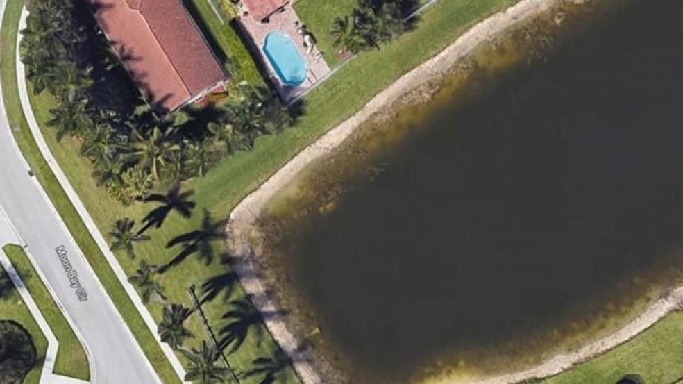 Imagens de satélite do Google revelaram carro afundado em lago da Flórida — Foto: Google Maps/ BBC