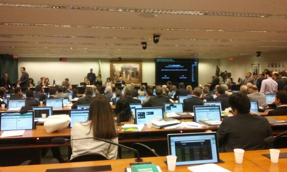 CCJ da Câmara na madrugada desta quinta (15), durante votação de parecer sobre reforma da Previdência (Foto: Fernanda Calgaro/G1)