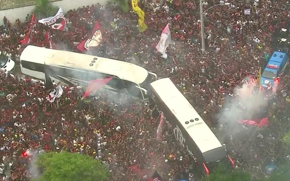 20 de novembro: Ônibus com jogadores do Flamengo é cercado na saída do Ninho do Urubu com destino ao Aeroporto do Galeão — Foto: Reprodução / TV Globo