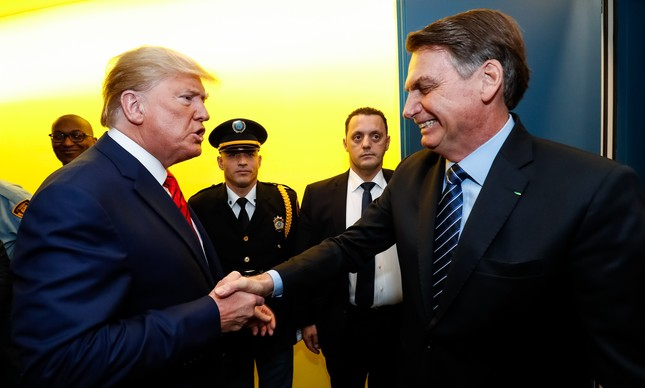 Trump e Bolsonaro se cumprimentam após discursos na ONU