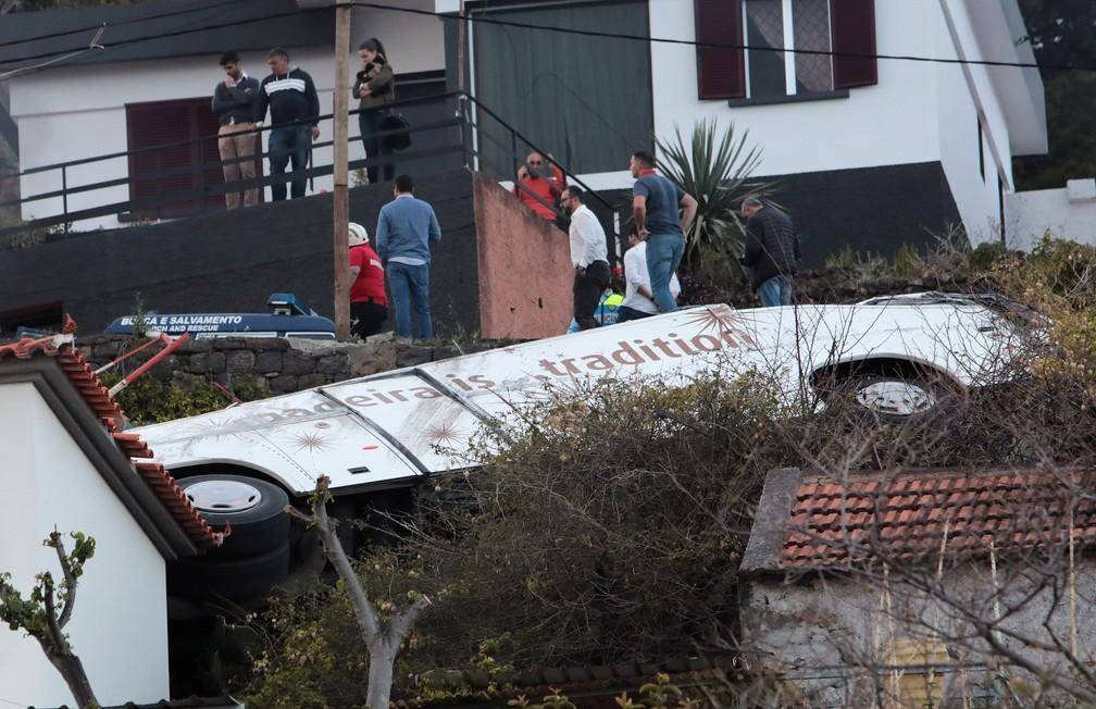 Ônibus que sofreu acidente na Ilha da Madeira, em Portugal, na quarta-feira (17) — Foto: Duarte Sá/Reuters