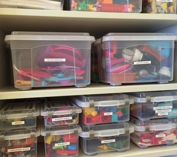 Brinquedos organizados em caixas transparentes (Foto: Divulgação)